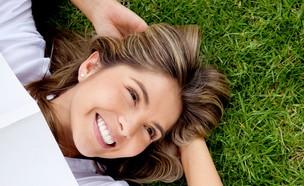 אישה שוכבת על הדשא (אילוסטרציה: ESB Professional, shutterstock)