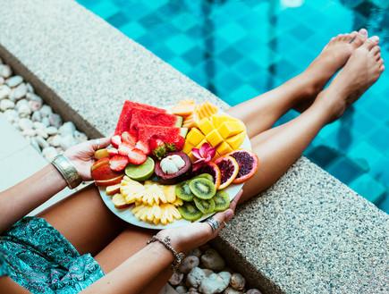 צלחת פירות בבריכה