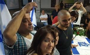 חוגגים שחרור לאזריה. הערב (צילום: החדשות)