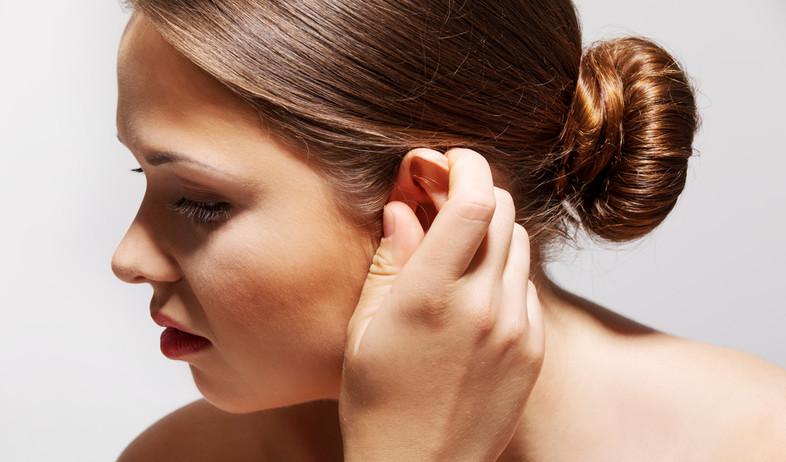 אישה נוגעת באוזן (צילום:  Agnieszka Marcinska, shutterstock)