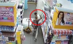 תיעוד: המחבל שולף סכין ומתחיל לדקור (צילום: חדשות)