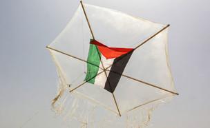 איש מטיס עפיפון תבערה עם דגל פלסטין (צילום: Abed Rahim khatib, פלאש 90)