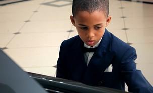 אסתבאן והפסנתר (צילום:  Photo by Flash90)
