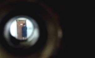 שכן צופה בפורץ דרך עינית בדלת (צילום: חדשות)