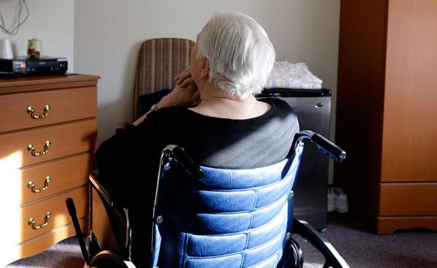 חשד: מטפלת התעללה בקשישה בת 77 (צילום: AP, חדשות)