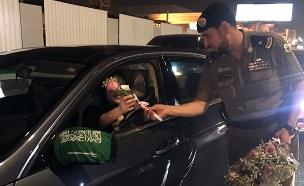 שוטרים מחלקים לנהגות החדשות פרחים (צילום: מתוך אל ע'רבייה, חדשות)