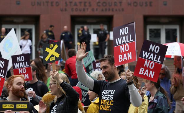 מפגינים נגד צו ההגירה של טראמפ (צילום: רויטרס, חדשות)