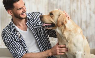 בחור עם כלב (צילום:  Olena Yakobchuk, shutterstock)