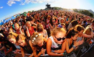 בנות בפסטיבל (צילום: Bertrand / Shutterstock )
