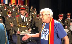 מקהלת הצבא האדום נגד חברת בזק  (צילום: ערב טוב עם גיא פינס, שידורי קשת)