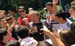 צפו: המקסיקנים השקו את שגריר קוריאה (צילום: חדשות)