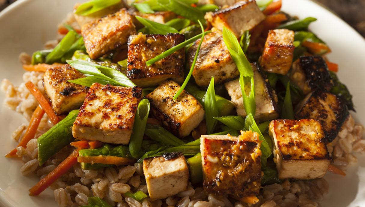 אורז מלא עם טופו וירקות מוקפצים  (צילום: אימג'בנק / Thinkstock)