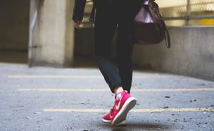 אישה הולכת ברחוב (צילום: redd-angelo-unsplash)