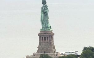 צפו: טיפסה על פסל החירות ונעצרה (צילום: AP, חדשות)