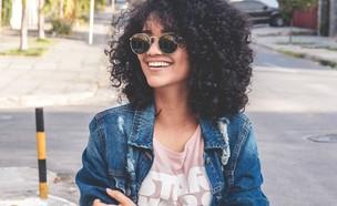 אישה עם משקפי שמש (צילום: philipe-cavalcante-unsplash)