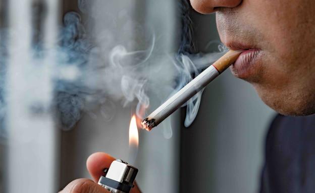 גבר מעשן (צילום: By Dafna A.meron, shutterstock)