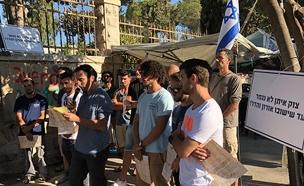 """לוחמים מצוק איתן מפגינים מול בית רה""""מ (צילום: חדשות)"""