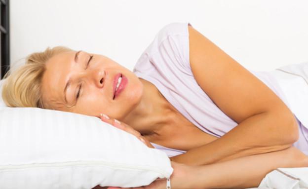 אישה ישנה מזיעה (צילום: Iakov Filimonov, Shutterstock)