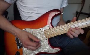 פול דוידס מנגן על גיטרה (צילום: Paul Davids)