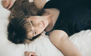 אישה שוכבת במיטה (צילום: nick karvounis on unsplash)