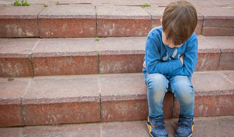 ילד עצוב יושב על מדרגות (אילוסטרציה: kateafter | Shutterstock.com )