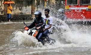 """מסע על """"אופנוע ים"""" בלב מומבאי (צילום: AP, חדשות)"""