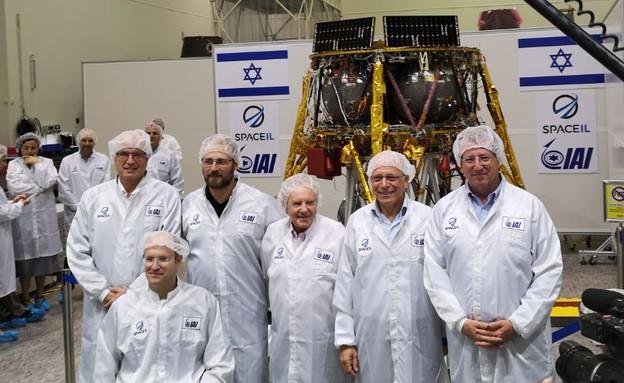 צוות SpaceIL והחללית (צילום: אהוד קינן, NEXTER)