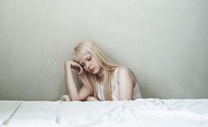 בחורה עצובה (צילום: sarah diniz outeiro on unsplash)