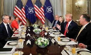 """טראמפ ומזכ""""ל נאט""""ו (צילום: רויטרס, חדשות)"""