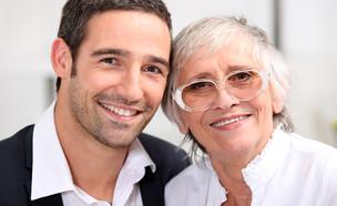אמא ובן מבוגר (אילוסטרציה: By Dafna A.meron, shutterstock)
