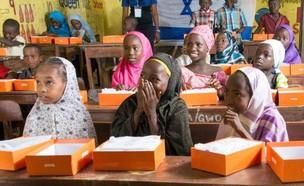 טאבלטים לילדי ניגריה (צילום: שגרירות ישראל בניגריה)