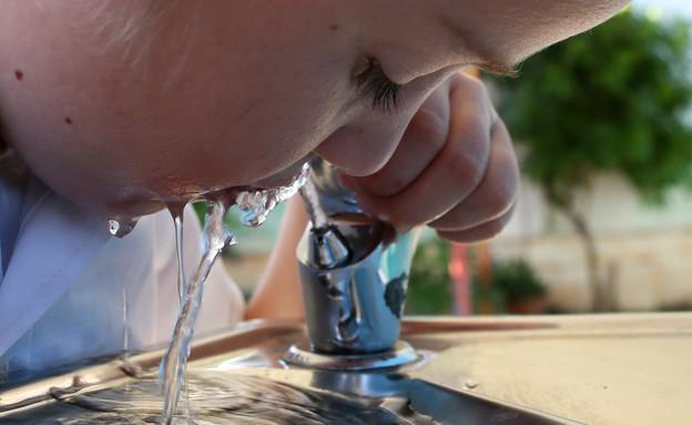 """ילד שותה מים מקולר (בית""""ר עלית 2012) (צילום: נתי שוחט, יונתן זינדל, רועי אלימה, פלאש 90)"""