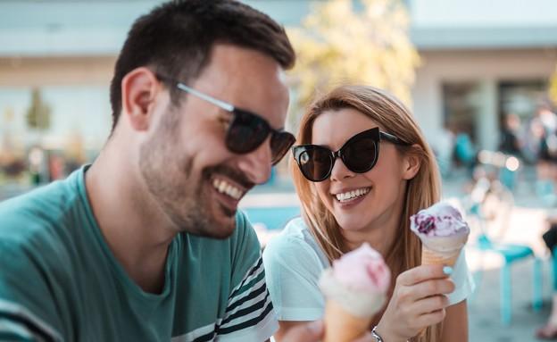 זוג אוכל גלידה (צילום: Tatomirov, shutterstock)