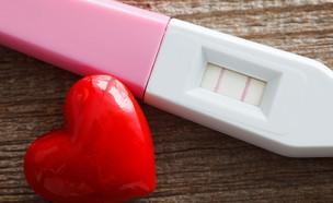 בדיקת הריון חיובית (צילום: Ramona Heim, ShutterStock)