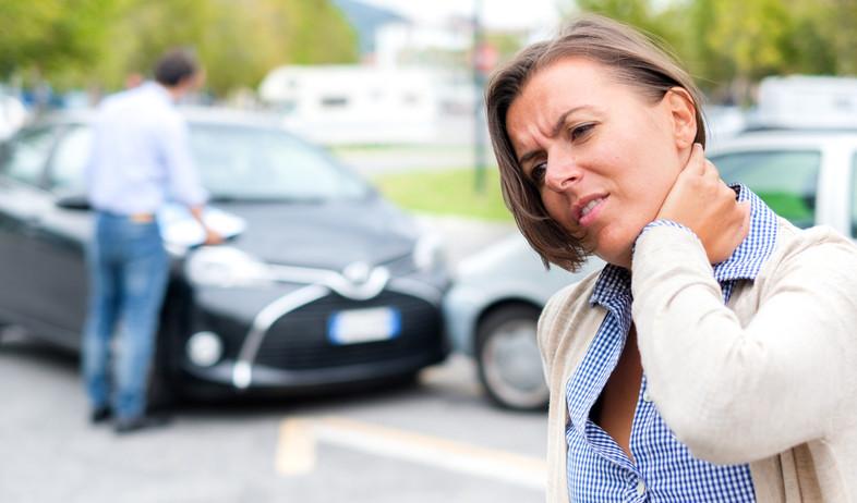 אישה מחזיקה בעורפה אחרי תאונת דרכים (אילוסטרציה: kateafter | Shutterstock.com )