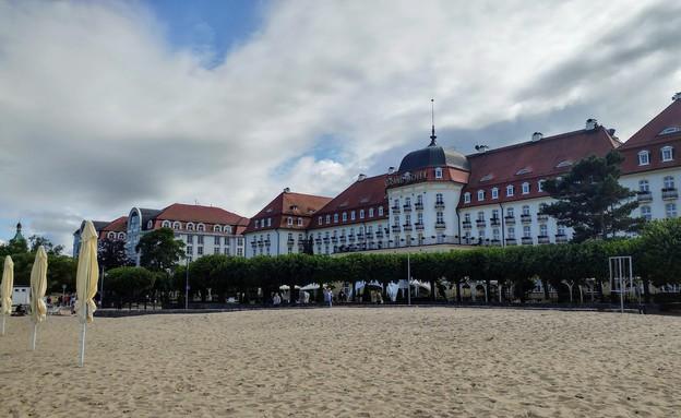 מלון מפואר על חוף הים (צילום: מיכל מנור)