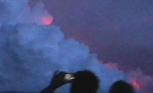 תיעוד: הלבה פוגעת בספינת התיירים (צילום: רויטרס, חדשות)