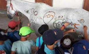 """הפעילות בקייטנה – מציירים על סוס (צילום: מתוך """"חדשות הבוקר"""" , קשת 12)"""