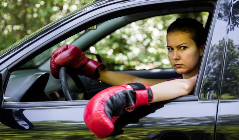 נהגת כועסת עם כפפות איגרוף (אילוסטרציה: kateafter | Shutterstock.com )