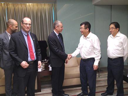 מנכ''ל סצ'ואן עם שר התיירות לוין (צילום: חדשות)