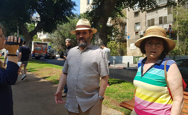 אהוד ברק באוהל המחאה בתל אביב (צילום: חדשות)