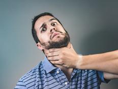 גבר נחנק (צילום: shutterstock | Alberto Isidro Orozco)