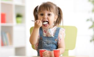 ילדה אוכלת יוגורט (אילוסטרציה: kateafter | Shutterstock.com )