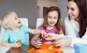 אמא צעירה מאכילה שני ילדים (אילוסטרציה: kateafter | Shutterstock.com )