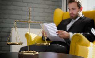 עורך הדין הושעה מתפקידו (אילוסטרציה: By Dafna A.meron, shutterstock)