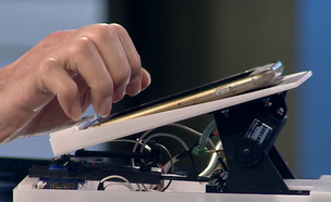 """הרובוט שיגמול מהסמארטפון (צילום: מתוך """"נקסט"""", קשת 12)"""