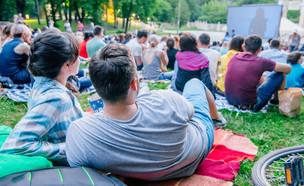 קולנוע בפארק (צילום: shutterstock By Vera Petrunina)