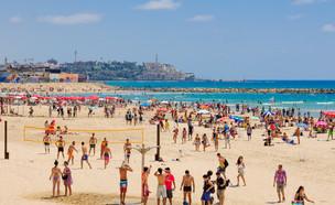מתרחצים בחוף בתל אביב (צילום:  RnDmS, shutterstock)
