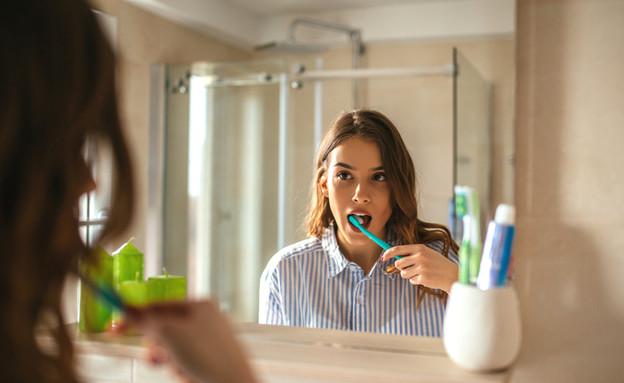 אישה מצחצחת שיניים (צילום: kateafter | Shutterstock.com )
