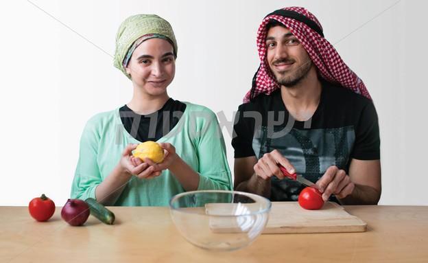 ערבי ומתנחלת חותכים סלט יחד (צילום: גיא עמיאל)